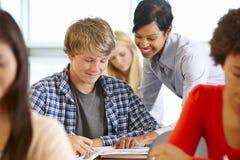 Studente d'aiuto dell'insegnante afroamericano nella classe Immagine Stock Libera da Diritti