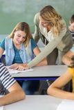 Studente d'aiuto dell'insegnante nella classe Fotografia Stock