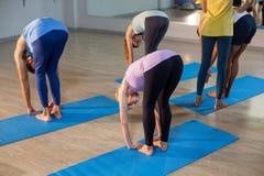 Studente d'aiuto dell'istruttore di yoga con una posa corretta Immagine Stock Libera da Diritti