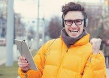 Studente d'avanguardia emozionante con la compressa sulla via fotografie stock