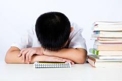 Studente d'uso Uniform Sleeping di Little Boy di cinese asiatico sul DES fotografia stock libera da diritti
