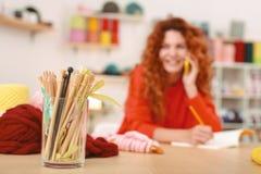 Studente dai capelli rossi che si prepara per il suo progetto di arte Immagini Stock Libere da Diritti