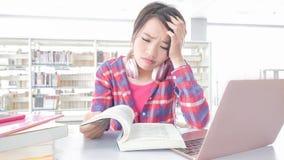 Studente in de bibliotheek stock afbeeldingen