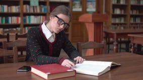 Studente in de bibliotheek stock footage