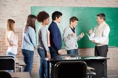 Studente In del professor Gesturing Thumbsup To Immagine Stock Libera da Diritti