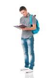 Studente del ragazzo con lo zaino ed il blocco note Fotografia Stock Libera da Diritti