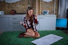 Studente dell'architetto che ha una seduta di cibo della rottura Fotografia Stock Libera da Diritti