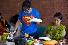 Studente dell'istituto di arte che dipinge sora bianco Fotografia Stock Libera da Diritti