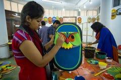 Studente dell'istituto di arte che dipinge un grande fronte del gufo di dimensione Immagine Stock Libera da Diritti