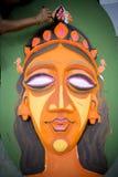 Studente dell'istituto di arte che dipinge un grande fronte della regina di dimensione Fotografia Stock Libera da Diritti