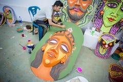 Studente dell'istituto di arte che dipinge un grande fronte della regina di dimensione Immagine Stock