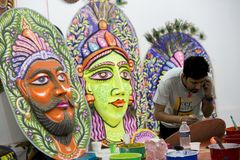 Studente dell'istituto di arte che prepara una maschera variopinta di grande dimensione Fotografia Stock Libera da Diritti