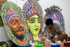 Studente dell'istituto di arte che prepara una maschera variopinta di grande dimensione Fotografie Stock