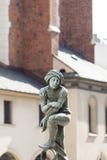 Studente della figurina, la fontana nel quadrato di St Mary & x27; s, Cracovia, Polonia Fotografia Stock