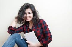 Studente della giovane donna che sorride con il libro Fotografie Stock Libere da Diritti