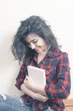 Studente della giovane donna che sorride con il libro Fotografia Stock Libera da Diritti