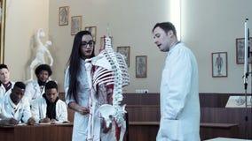 Studente della giovane donna nella classe di anatomia stock footage