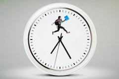 Studente della High School che salta sull'orologio Immagini Stock