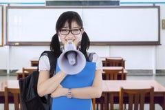 Studente della High School con il megafono nella classe Immagine Stock
