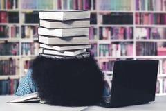 Studente di afro che dorme con una pila di libri Fotografia Stock Libera da Diritti