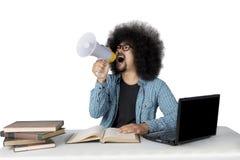 Studente di afro che grida con un megafono Fotografia Stock Libera da Diritti