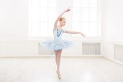 Studente di balletto che si esercita in costume di balletto Fotografia Stock Libera da Diritti