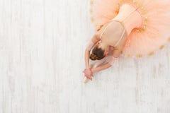 Studente di balletto che si esercita in costume di balletto Immagini Stock Libere da Diritti