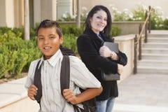 Studente di Behind Hispanic Boy dell'insegnante con lo zaino sulla città universitaria della scuola Fotografia Stock Libera da Diritti