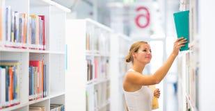 Studente di college abbastanza giovane in una libreria Fotografia Stock