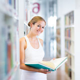 Studente di college abbastanza giovane in una libreria Immagine Stock Libera da Diritti