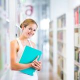 Studente di college abbastanza giovane in una libreria Fotografie Stock