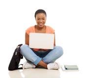 Studente di college africano femminile che per mezzo del computer portatile Fotografia Stock Libera da Diritti