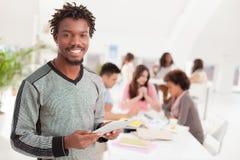 Studente di college africano sorridente With una compressa Fotografie Stock Libere da Diritti