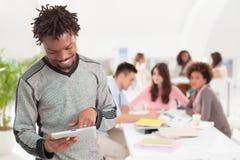 Studente di college africano sorridente Using una compressa Fotografia Stock Libera da Diritti