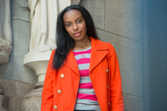 Studente di college afroamericano attraente sulla città universitaria dell'istituto universitario Fotografia Stock Libera da Diritti