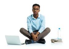 Studente di college afroamericano che si siede con il computer portatile sul wh Immagine Stock Libera da Diritti
