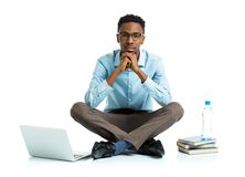 Studente di college afroamericano con il computer portatile, i libri e la bottiglia o immagini stock