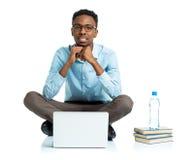 Studente di college afroamericano felice che si siede con il computer portatile sul wh Fotografie Stock Libere da Diritti