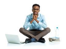 Studente di college afroamericano felice che si siede con il computer portatile sul wh Fotografie Stock