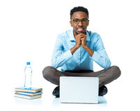 Studente di college afroamericano felice che si siede con il computer portatile sul wh Immagini Stock Libere da Diritti