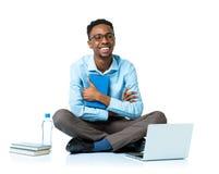Studente di college afroamericano felice che si siede con il computer portatile sul wh Immagine Stock Libera da Diritti