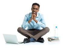 Studente di college afroamericano felice con il computer portatile, i libri e la BO Immagine Stock Libera da Diritti