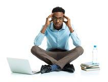 Studente di college afroamericano felice con il computer portatile, sittin dei libri Immagini Stock Libere da Diritti