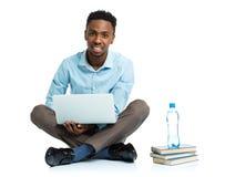 Studente di college afroamericano felice con il computer portatile su bianco Fotografia Stock Libera da Diritti