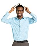 Studente di college afroamericano felice con il libro sulla sua testa Fotografia Stock Libera da Diritti