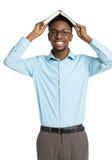 Studente di college afroamericano felice con il libro sulla sua testa Fotografie Stock