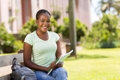 Studente di college all'aperto Fotografia Stock Libera da Diritti