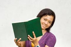 Studente di college asiatico con il libro aperto Fotografia Stock