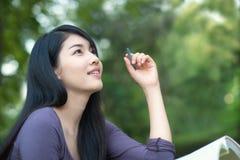 Studente di college asiatico sulla città universitaria Fotografia Stock