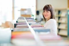 Studente di college In Bookstore Fotografie Stock Libere da Diritti